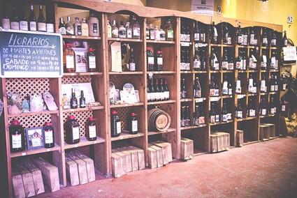 Expositor entrada de la Bodega - Al entrar a la Bodega, podemos encontrar un expositor con las variedades de vino y de otros productos autóctonos de Cadalso de los Vidrios.